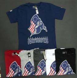 Camisas, bonés e bermudas