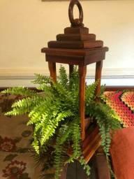 Lanterna de piso em madeira