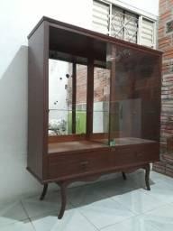 Cristaleira de madeira nobre e vidros, com espelhos no fundo. Barbada!