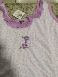 Camisola GG de malha branca com bolinha lilás e detalhes em bolinhas bordado.