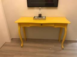 1 Mesa amarela estilo aparador