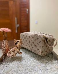 Nécessaire unissex Louis Vuitton* Dimensões: ?15cm de largura ?25cm de comprimento