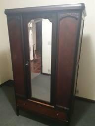 Guarda roupas em madeira com espelho