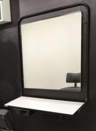 Bancada de salão de beleza com espelho