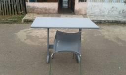 Mesa e uma cadeira