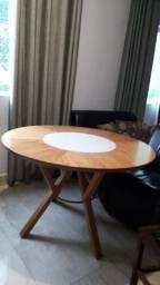 Mesa giratoria redonda de madeira.