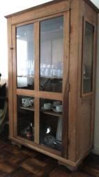 Cristaleira em madeira rústica
