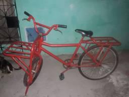 Uma bicicleta cargueira pronto pra usar só tá sem os freios mais.
