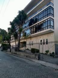 Apartamento amplo, bairro Valparaíso, Petrópolis RJ. 4 suites com 3 vagas de garagem.