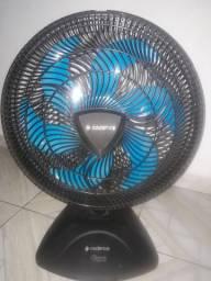 Um ventilador em perfeito estado semi novo
