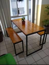 Conjunto mesa de jantar com 2 bancos estilo industrial.