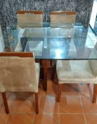 Mesa com tampão de vidro.
