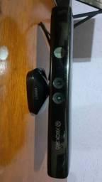 XBox 360 com 2 controles e Kinect desbloqueado.