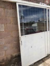 Portao de corre ferro maciça com vidro fume e grades