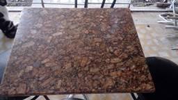 Pedras de granito e cadeiras