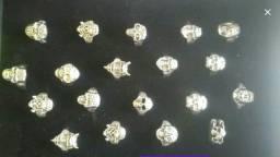 Anéis com caveiras (metálicos)