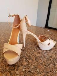 Sandália e sapato de salto