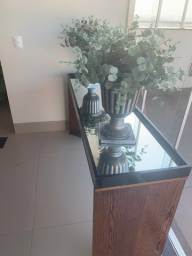 2 vasos de plástico com plantas artificiais (estilo envelhecido)