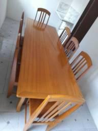 Conjunto de mesa com oito cadeiras