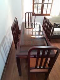 Mesa em madeira com 6 cadeiras acolchoadas