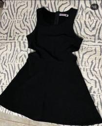 Vestido preto com recorte na cintura