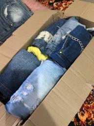 Caixa fechada de roupas, short, vestido, macacão, croped