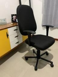 Cadeira com rodinhas tipo presidente.