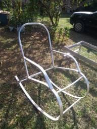 Cadeira de balanço em fibra sintética.