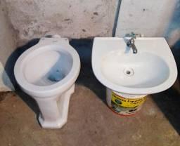 Pia e vaso sanitário branco