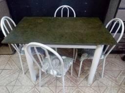 Jogo de mesa usada com 4 cadeiras (entrego)