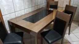 Vendo mesa com 4 cadeiras.