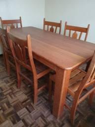 Conjunto de Mesa e Cadeiras em Madeira Nobre