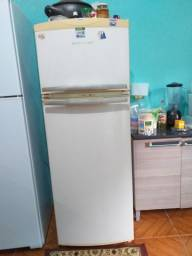 Geladeira Brastemp frosfrier e 2 sofares de modelos diferentes