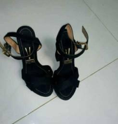 Sandalia de salto vizzano.