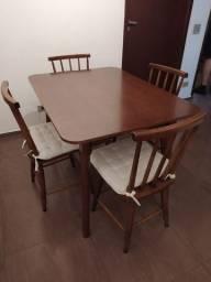 Mesa com quatro lugares