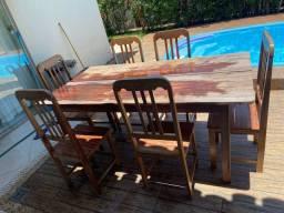 Mesa de madeira maciça com 6 cadeiras