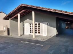 Casa térrea a 300m da praia com churrasqueira. 4 dorm. 1 suíte. 8 vagas na garagem