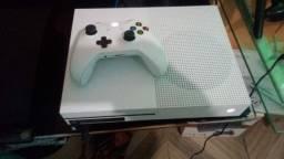 Vendo Xbox one 1 TB com 1 controle e alguns jogos