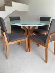 Mesa com 4 cadeiras em perfeito estado