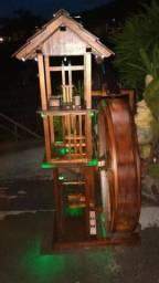Engenho de serra tocado com roda da água com mini gerador de energia
