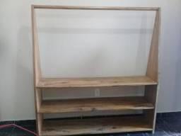 Arara de madeira para roupas (?estante?). Grande e resistente