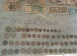 Cédulas e moedas antigas.