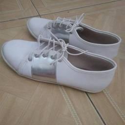 Dois calçados tamanho 35 por 30 reais!