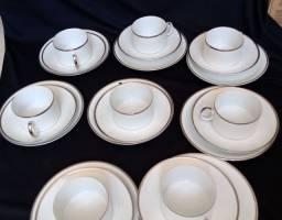 Conjunto xícaras, pires e pratos de pão. Porcelana Renner