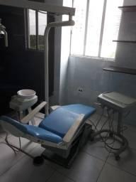 Cadeira odontológica, equipo e refletor