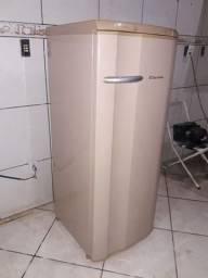 Vendo geladeira Electrolux de uma tampa completa por dentro so teve um dono p sair rapido