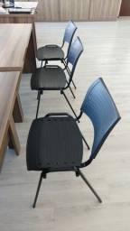 Cadeiras pretas, estrutura metálica + assento e encosto plástico