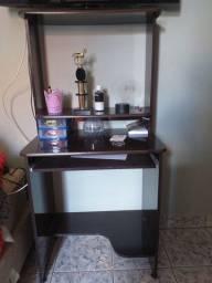 Escrivaninha e um prateleira de madeira