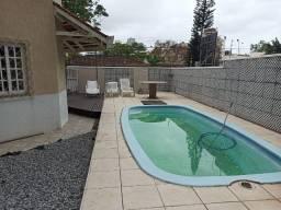 Casa com 2 andares e piscina