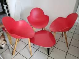 Cadeiras e Mesinha de centro.